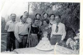 Los hermanos Vicente, Demetrio y Bernabé Mínguez, a la izquierda, con un grupo de familiares en Exeter (California). Fernando Novella