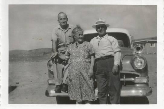 Julio Yagües, Josefa Jarque y Domingo Yagües, de Jabaloyas, posan con su coche en Idaho. Foto facilitada por Fermin Yagües